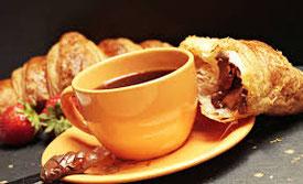 café noir et croissant