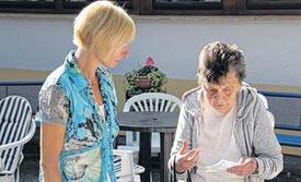 Auch im größten Stress nimmt sich Steffi Albers Zeit, um sich die Sorgen von Renate Thiele über die Altersarmut anzuhören.