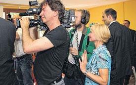 Abgedrängt von einem Kamerateam von arte verfolgt die ASZ-Leiterin das Geschehen aus der zweiten Reihe.