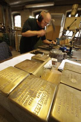 Michael Friedrichs Friedlaender beim Anfertigen der Messingschilder für die SAtolpersteine