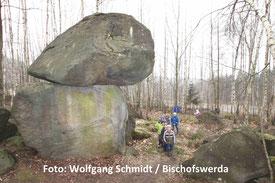 """Die """"Quarkquetsche"""" genannten Felsblöcke in einem Ex-Steinbruch im Hohwald. Wie Zwerge wirken dagegen die Kinder, die hier jetzt mit dem Bergbau-Traditionsverein unterwegs sein durften. Foto: Wolfgang Schmidt"""