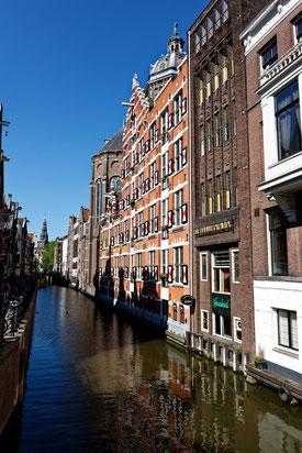 Vorbei an einer der vielen Grachten von Amsterdam.