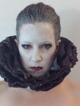 Portrait von Katharina Riepler mit Halskrause als Engel