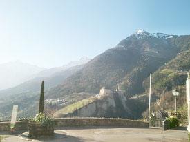 Doss im Westen von Dorf Tirol mit Blick auf Schloss Tirol und Mutspitze