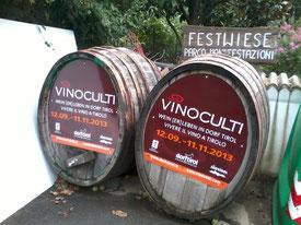 Hinweis Fässer der Event-Veranstaltung Vinoculti in Dorf Tirol Südtirol Italien