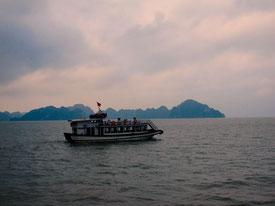 ein kleineres Boot auf dem Weg zur Ha-Long-Bay