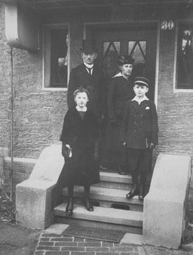Abb.1: Familie Frick um 1919 vor ihrem Haus in der Steinhauser Straße in Zweibrücken. Alle Bilder auf dieser Seite sind durch Klick vergrößerbar. Quelle (Abb.1-10): Privatarchiv Frick.