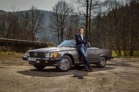 Person vor Mercedes-Benz SL Typ R107