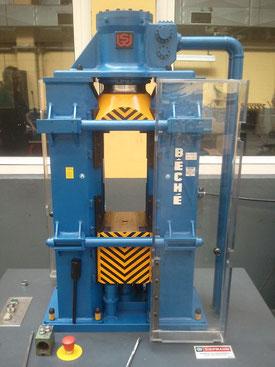 Gegenschlaghammer der Siepmann-Werke in Belecke bei Warstein im funktiontüchtigen Modell. Maßstab 1:8
