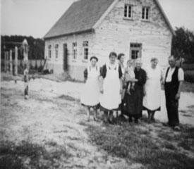 Betriebsgebäude von 1939 mit damaliger Belegschaft