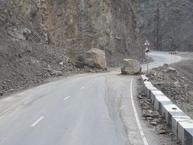 Auch auf der Hauptstraße sind autogroße Felsblöcke heruntergekommen