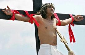 crocifissione nelle filippine tradizione per pasqua