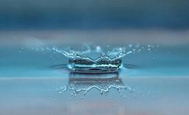 Gota de agua chocando sobre la superfície del mar
