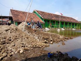 海水が溜まった校庭の埋立て作業