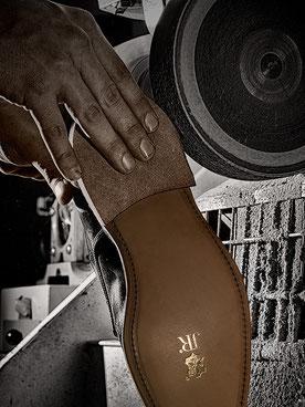 Auch Gummisohlen guter Qualität halten aufgrund der geringeren Materialstärke nicht länger als Alt-Eichenloh grubengegerbte Ledersohlen von guter Qualität