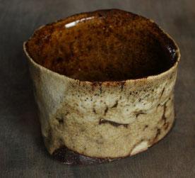 益子焼の伝統釉、カタ糠の抹茶茶碗。斜め上からの図