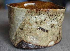 益子焼の伝統釉、カタ糠の抹茶茶碗。真横からの図