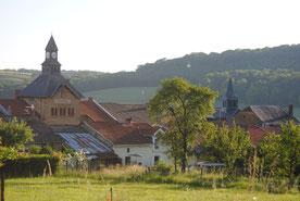 Un village, à la campagne, entouré de belles forêts