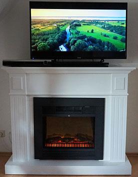 Großer LED-Fernseher mit Bluray-Player auf dem stimmungsvollen Elektrokamin