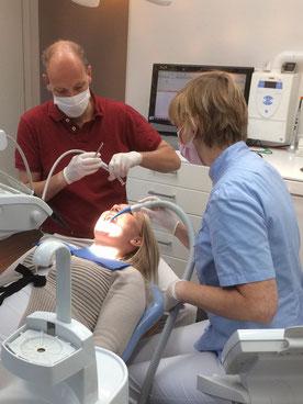 Tandarts P. Eisenga bezig met een patient,