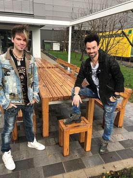Terrassen Möbel aus Altholz Eiche für die Ehrlich Brothers