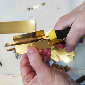 Flansch für den Oblique: Schmale Messingstreifen schneide ich aus einem Messingband aus