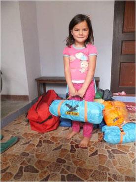 Miriam hilft Zelte für Erdbebenopfer zu packen