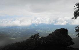 登りに見つけたナポレオンフィッシュのような奇岩越しにも雫石の町が見えました!