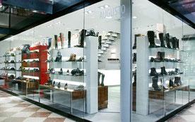 Fotograf fotografiert Firmen-Reportage für einen italienischen Schuhladen