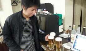 喜島球聖、ビールを振る舞う、の図