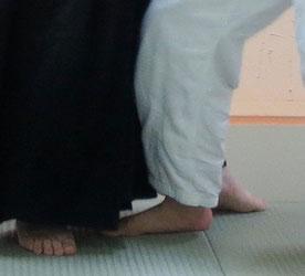 ④左足先の置き換え、魄氣は陰のまま。魂氣が体側に巡るとともに踏み込んで軸とするから右足を送って残心が作られる。即ち技が産まれる。
