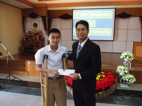 Dr Seckson Sukkhassena SET's first student presenting a scholarship to K. Nuttawut student 5000