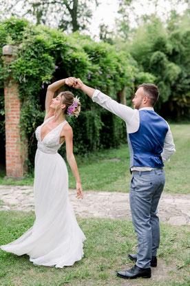 Photo de mariés dans le parc du Château Belle Epoque