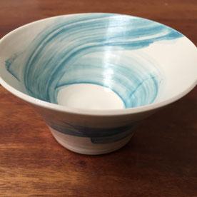 Saladier avec décor en spirale. Porcelaine tournée. Atelier de céramique Brigitte Morel. Paris et Apt