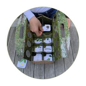 schlaubatz Sammelkiste - Mit Kindern die Natur entdecken - Kärtchen in die Sammelkiste legen und auf Schnitzeljagd gehen