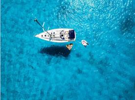 Rotes Boot auf großem blauen See