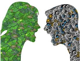 Zeichnung von zwei Köpfen der eine ausgefüllt mit Blättern, der andere mit Zahnrädern, kommunizieren gestresst miteinander.