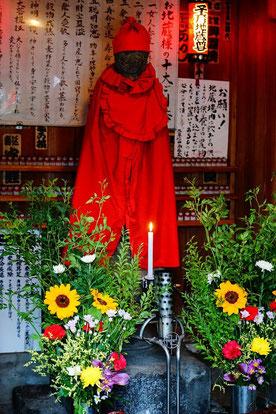 西早稲田の子育地蔵尊だよ。この道を通るとお線香あげてお参りするんだ、私たち