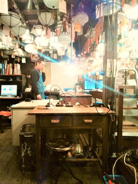 店舗兼店主さんの仕事場。はんだごてから色々な道具が整然と並んでいました。
