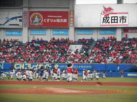 試合前、少年野球チームのキャッチボール