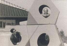 「五色台山の家」 浅田孝 1965年。遊具「オクテトラ」を寄贈したイサム・ノグチと。