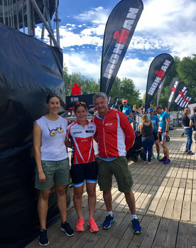 Auf dem Bild steht Ramona Rieder bescheiden in der Mitte und neben ihr ist ihr Trainer Urs Ritter, der schon so manche Athleten und Athletinnen zu Höchstleistungen und Siegen geführt hat.