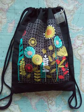 Mochila de cordón Mitxito Katu en loneta negra con estampado floral