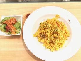 グルテンフリーパスタ 野菜とナッツのチーズ風味 と サラダ