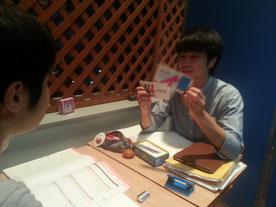 ▲ 以前のブログで紹介したフラッシュカードを使っている様子です