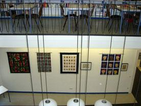 Blick in die Ausstellung: vom Quilt zum Bild in der Lesehalle der Stadtbücherei Regensburg. Eine Ausstellung von Quilts, Artquilts, Bildern und Papierarbeiten von Jutta Kohlbeck