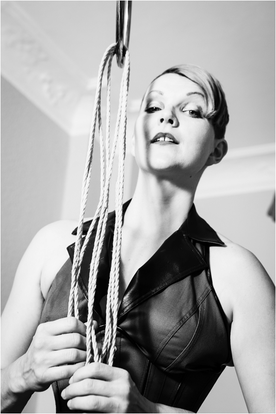 Kristina Marlen Schwarzweiss Bondage Tantra BDSM Sexpositiv