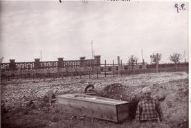 (Archivio Alessandro Polidoro) 09/05/1943 Gonars sepoltura vittima campo concentramento