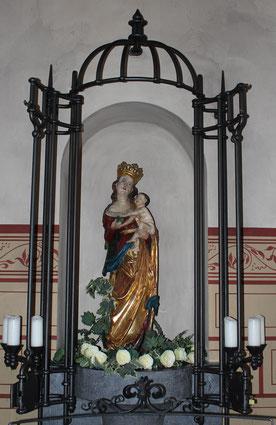 Zu Füßen der Muttergottes in der Kirche St. Pankratius in Wernborn liegen weiße Rosen. Foto: Konder