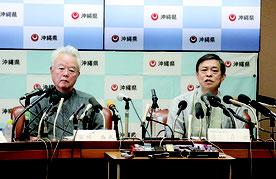 記者会見する謝花氏(写真右)と富川氏=8月31日、県庁